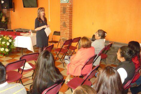 Florina Moreno Castillo, presidenta honorífica del DIF municipal de Contla, encabezó el ciclo de conferencias que culmina hoy en el municipio textilero. / Armando PEDROZA