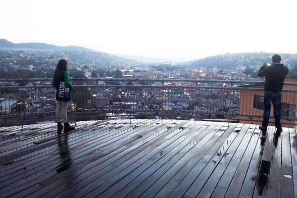 Hasta el mirador de las Escalinatas de los Héroes en la ciudad capital arriban las parejas para declararse su amor. / Tomás BAÑOS