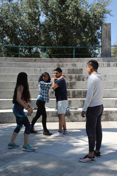Las artistas Mónica Poulette Martínez y Edith Ahuatzi comparten sus conocimientos en danza y teatro en el ágora del Jardín Botánico de Tizatlán. /Nora Rachel RAMÍREZ