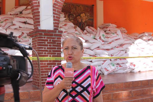 Maribel Cervantes Hernández, alcaldesa de San Damián Texoloc, entregó abono químico a los campesinos, justo en la etapa de crecimiento de las plantas de maíz. / Tomás BAÑOS