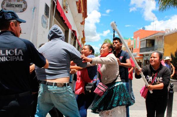 Agreden ambulantes de Huamantla a su líder, alegan que no los defiende
