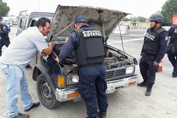 Números de motor y de placas de cada vehículo son ingresados a Plataforma México para constara que no tengan reporte de robo. /Tomás BAÑOS