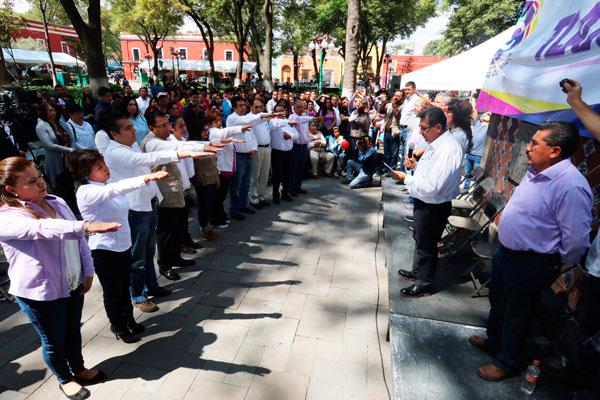 Serafín Ortiz Ortiz toma protesta a los integrantes del Comité Directivo Municipal del PAC en la capital. / Leonel TLALMIS
