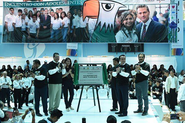 En la inauguración del polideportivo fue develada una placa conmemorativa a cargo de Mikel Arriola Peñalosa, director general del IMSS, y el gobernador del Estado, Marco Antonio Mena Rodríguez. /Jesús LIMA