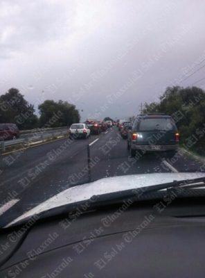 Se registra intenso tránsito vial sobre la pista Tlaxcala-Texmelucan a la altura de Tenexyecac
