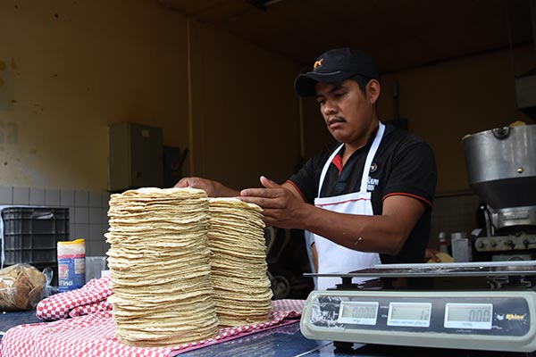 Las tortillerías registran una disminución en el producto, principalmente porque compiten con otros vendedores que no pagan impuestos que, al estar en la informalidad, pueden ofrecer un menor precio. /Jesús LIMA