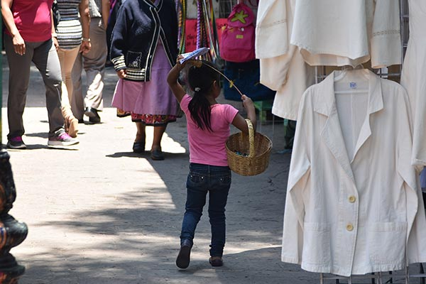 En un recorrido por las principales calles del municipio capitalino, El Sol de Tlaxcala observó por lo menos una decena de niños vendiendo productos diversos en calles y cruces carreteros. /Jesús LIMA