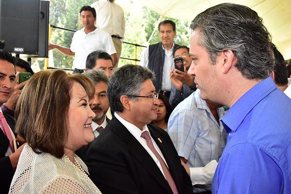 Le llueven peticiones a Nuño en visita a Tlaxcala