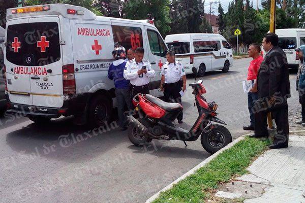 Arrolla motociclista a una mujer en Chiautempan; su acompañante también resulta lesionada