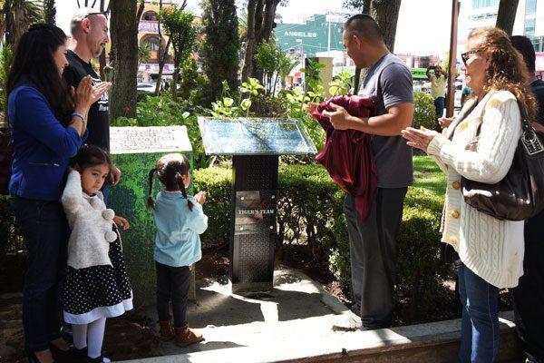 Colocan placa en memoria de Edwin  Aguilar en el zócalo apizaquense