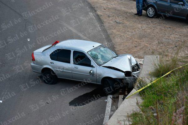 Impacta auto contra muro al intentar huir de policía