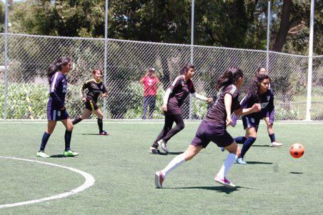 Coyotas Espartanas encabezan la tabla general de la liga femenil Ixtulco, quienes este fin de semana sumaron otra victoria ante el conjunto representativo de la comunidad. / Fabiola VÁZQUEZ