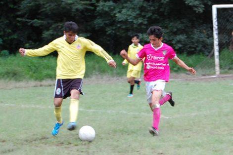 El penúltimo encuentro del torneo regular de la liga de futbol Unidad Santa Cruz de Chiautempan registró un marcador de tres goles a uno, donde el equipo Panteras se quedó sin sumar puntos rumbo al arranque de la liguilla. / Fabiola VÁZQUEZ