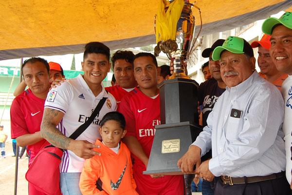 El alcalde de Contla, Miguel Muñoz Reyes, entregó el trofeo a los campeones de la liga Premier. / Everardo NAVA