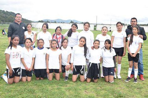 """En la rama femenil, la telesecundaria """"Hermanos Flores Magón"""" se alzó con el título del encuentro de futbol de la zona 05. /Everardo NAVA"""