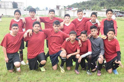 """La escuela telesecundaria """"Lázaro Cárdenas del Río"""" de San Simeón Xipetzingo participó en el encuentro de futbol de la zona 05. /Everardo NAVA"""