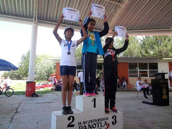 """La primera carrera pedestre """"Guerrero Jaguar"""" registró la participación de 51 niñas de seis escuelas primarias, quienes subieron al pódium de ganadores en los dos mil metros planos. /Fabiola VÁZQUEZ"""
