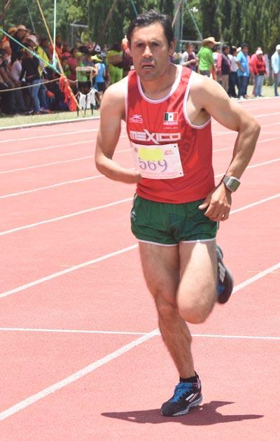 Mario Santillán acudió al evento atlético de Panotla. El medallista de Juegos Paralímpicos a nivel mundial convivió en la justa deportiva celebrada en suelo estatal. /Everardo NAVA