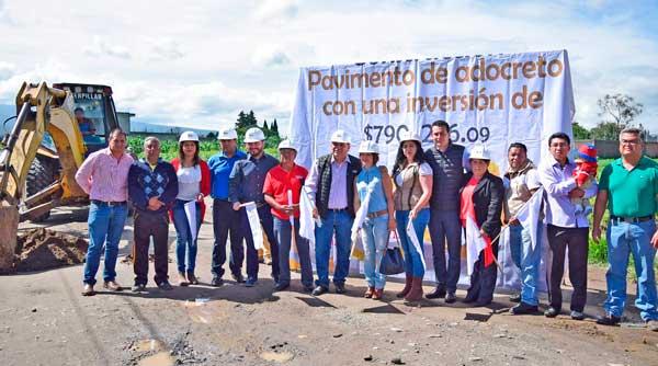 Da alcalde de Apetatitlán banderazo a obra de pavimentación