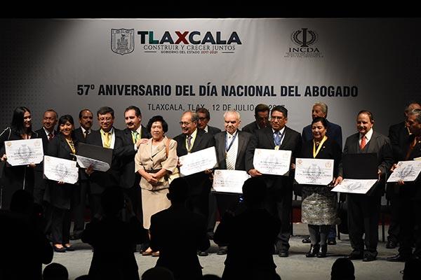 La Institución Nacional para la Celebración del Día del Abogado entregó reconocimientos a políticos destacados en México. /Jesús LIMA