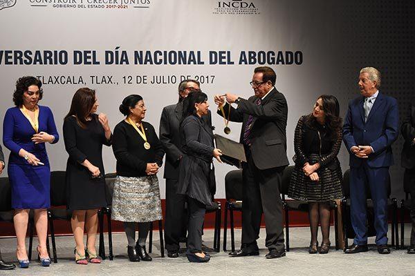 Durante la celebración del Día del Abogado, la INCDA entregó un reconocimiento especial a la presidenta municipal de Tlaxcala, Anabell Ávalos Zempoalteca. /Jesús LIMA