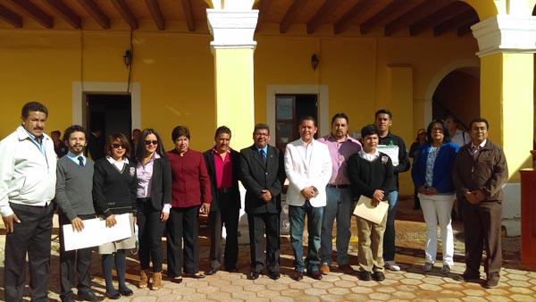 Reconoce alcalde de Nanacamilpa esfuerzo y dedicación de comunidad estudiantil