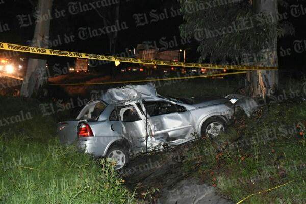 Muere tras impactar su auto contra un árbol