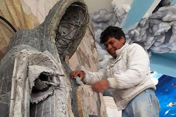 La escultura de la virgen de Guadalupe quedará decorada para la festividad del 12 de diciembre. / Tomás BAÑOS