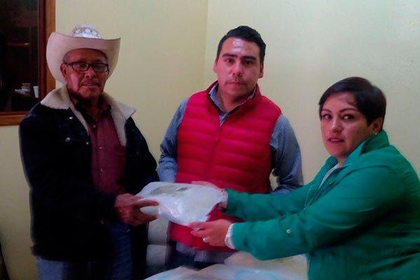 Distribuye regidora de salud bolsas para diálisis en Calpulalpan