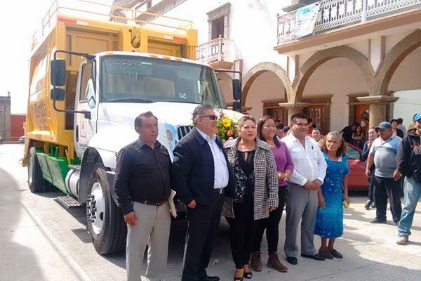 Entrega alcalde de Contla camión recolector ecológico