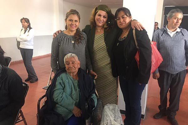 Entrega DIF municipal de Apizaco sillas de ruedas a personas adultas
