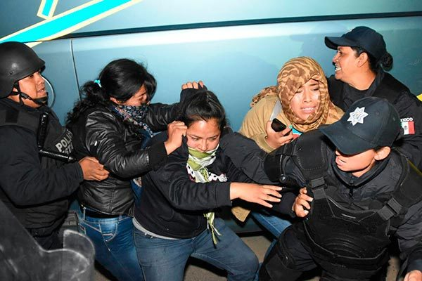Granaderos ingresan a oficinas tomadas por normalistas, en Tlaxcala
