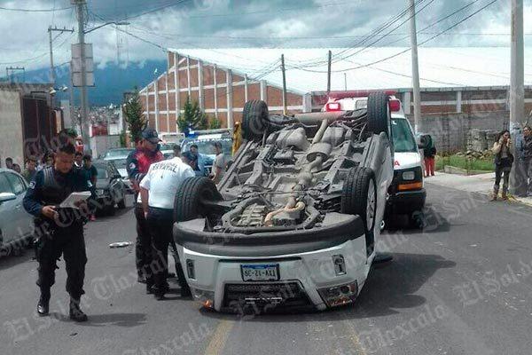Vuelca conductor al conducir a exceso de velocidad en Zimatepec