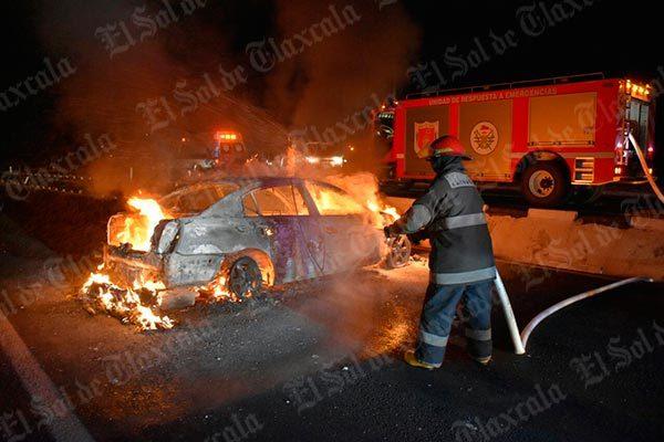 Se incendia vehículo al volcar en la autopista San Martín-El Molinito