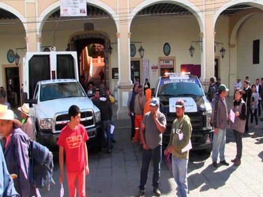 Entrega alcalde de Calpulalpan dos vehículos