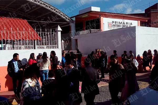 En Apetatitlán alumnos se quedan  sin clausura y sin documentación