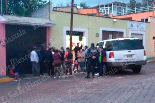 Habitantes de Ocotlán protestan frente a la casa de su presidente de comunidad