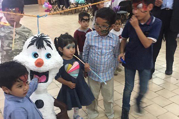 La pequeña al momento de pegarle a la piñata