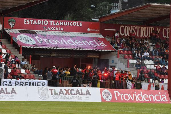 La Clandestina, quienes se habían manifestado que no asistirían al juego, llegó y se instaló en uno de los accesos del estadio Tlahuicole. / Everardo NAVA