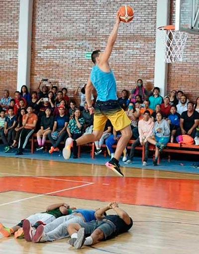 Vistosas clavadas y tiros de tres puntos mostraron las habilidades de los basquetbolistas en los concursos efectuados durante la competencia. /Fabiola VÁZQUEZ
