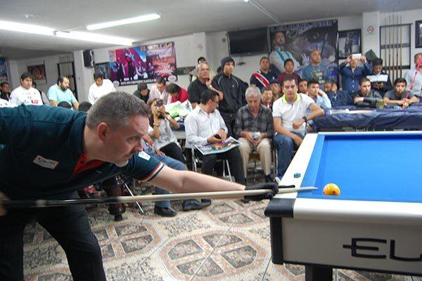 El billarista internacional mostró sus mejores jugadas en la mesa, que fueron aplaudidas por los asistentes en Chiautempan. /Fabiola VÁZQUEZ