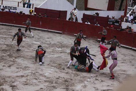 Los forcados de Teziutlán fallaron en la primera pega con el primero de la tarde durante feria a Santiago. /Tomás BAÑOS