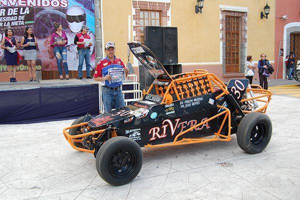 Freddy Juárez, piloto de off road en Huamantla, refirió que cuando participan en competencias fuera del municipio de los muéganos deben correr en pistas improvisadas, por lo que las medidas de seguridad son más estrictas. /Fabiola VÁZQUEZ