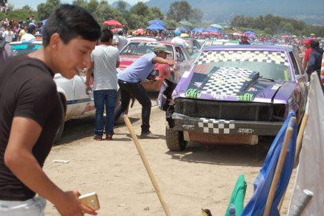 Una carambola que involucró a tres unidades fue el primer incidente que ocurrió durante la cuarta carreta del evento motor en Huamantla. / Fabiola VÁZQUEZ