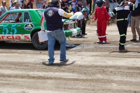 Uno de los vehículos daño su tanque de combustible, lo que ocasionó que la gasolina quedará esparcida en la pista. / Fabiola VÁZQUEZ