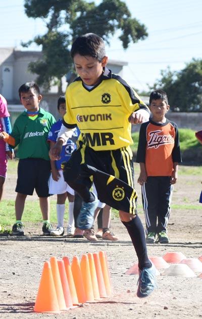 Niños de Contla y otros municipios se alistan en la Sección Segunda de la comuna para jugar en la liga Fair Play de Puebla. /Everardo NAVA