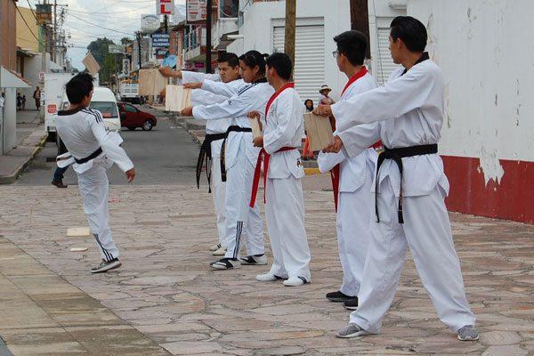 Efectúan cintas negras y rojas  exhibición de taekwondo