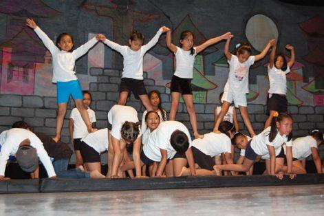 Los niños de gimnasia efectuaron piruetas, ruedas de carro y pirámides, que fueron las más vistosas en su exhibición. / Fabiola VÁZQUEZ