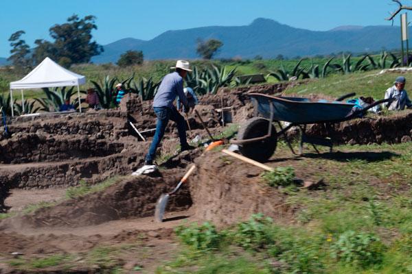 A pie de carreta se aprecian los trabajos de excavación que tienen lugar en el acceso principal de la zona arqueológica de Tecoaque. / Manuel MORALES