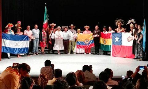 Anabell Ávalos Zempoalteca, alcaldesa de Tlaxcala, acompañada por representantes del CIOFF, encabezó la inauguración del VI Festival Internacional de Folklore. /Leonel TLALMIS